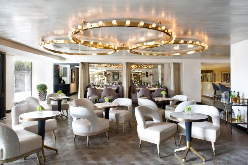 The lounge or bar area at Viceroy L'Ermitage Beverly Hills