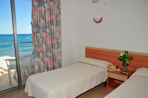 Letto o letti in una camera di S'Arenal Apartments