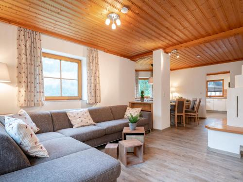 A seating area at Chalet Barney XL