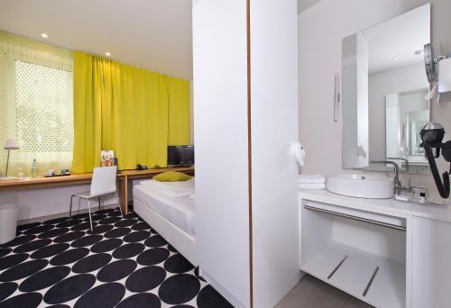 A bathroom at Tryp by Wyndham Frankfurt