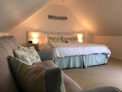 A bed or beds in a room at Windrush Apartment