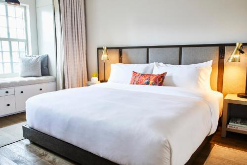 A bed or beds in a room at The Alida, Savannah, a Tribute Portfolio Hotel