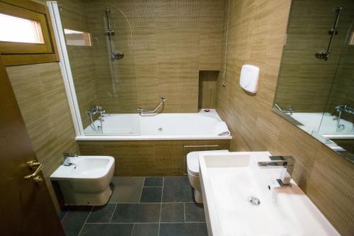 A bathroom at Hotel L'Aquila