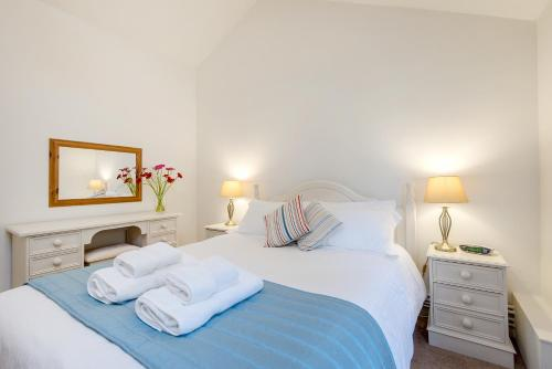 A bed or beds in a room at Broomhill Manor Holiday Cottages
