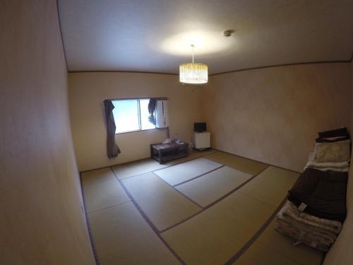 Izu Shirahama Guest House Churaumiにあるテレビまたはエンターテインメントセンター