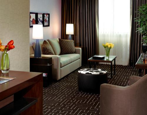 A seating area at The Highland Dallas, Curio Collection by Hilton