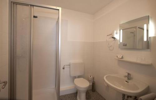 A bathroom at Hotel-Pension Hommen