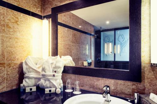 A bathroom at Hotel Ambiance Rivoli