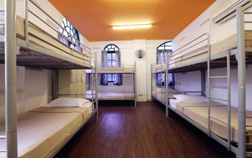 A bunk bed or bunk beds in a room at Footprints Hostel, Singapore (SG Clean)