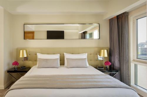 A bed or beds in a room at Plaza on the River