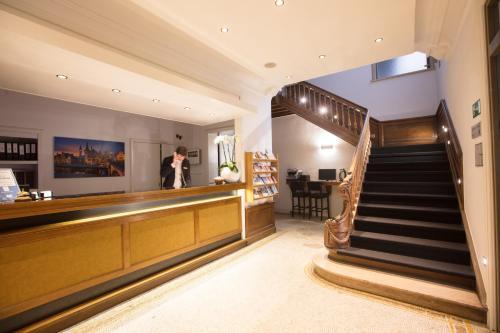 De lobby of receptie bij Hotel de Flandre