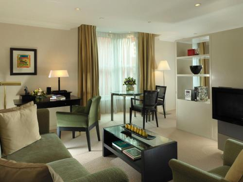 A seating area at Cheval Phoenix House at Sloane Square