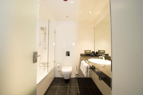 A bathroom at Carathotel Düsseldorf City