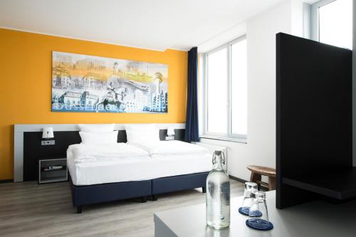 A bed or beds in a room at Carathotel Düsseldorf City