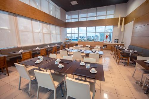 A restaurant or other place to eat at Iguatemi Business & Flat