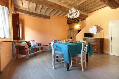 Um restaurante ou outro lugar para comer em Deluxe Romantic Apartment San Gimignano
