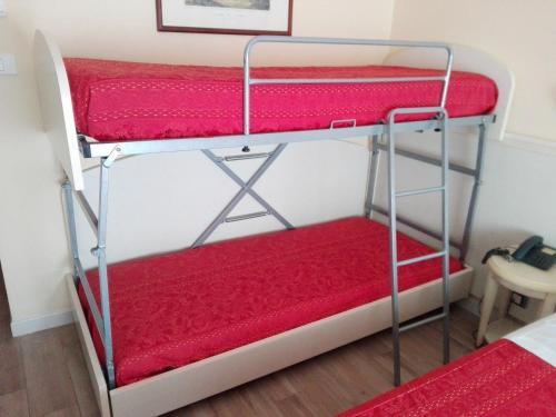 Letto o letti a castello in una camera di Hotel lo Squalo