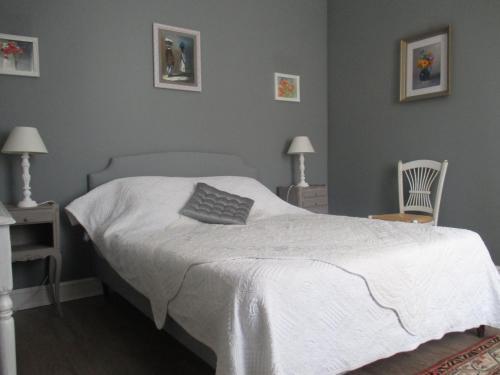 A bed or beds in a room at Le Clos de la Bastide