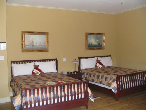 A bed or beds in a room at Lunenburg Arms Hotel