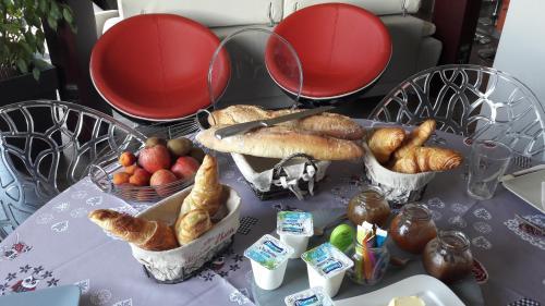 Options de petit-déjeuner proposées aux clients de l'établissement La Colline aux Yeux Doubs