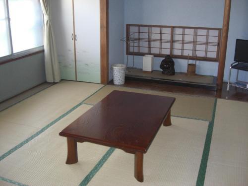 A television and/or entertainment center at Minshuku Fugakuso