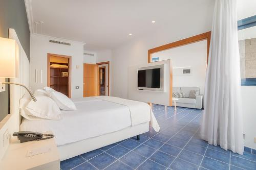 A bed or beds in a room at Hotel THe Mirador Papagayo
