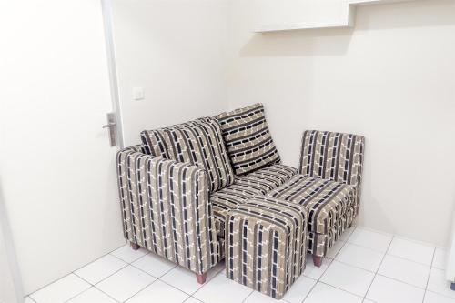 A seating area at Strategic 1BR Menteng Square Apartment at Central Area By Travelio