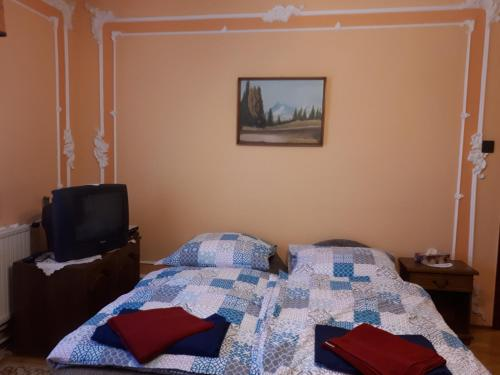 A bed or beds in a room at PLATÁN APARTMAN