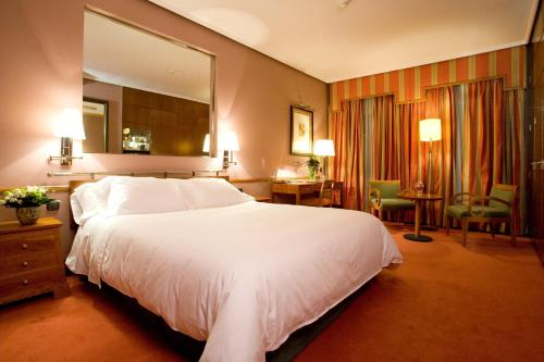 A bed or beds in a room at Hotel Palafox