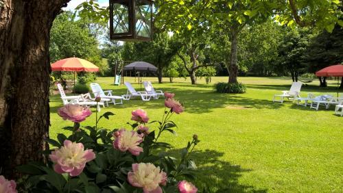 A garden outside 'La Maison Catalpa' French Farmhouse with Pool & Jaccuzi