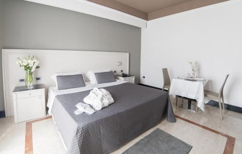 A bed or beds in a room at Hotel Giulia Ocean Club