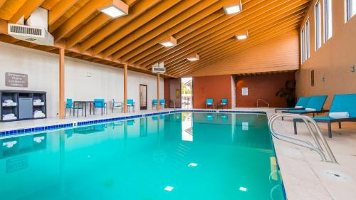 The swimming pool at or near Best Western New Oregon Motel