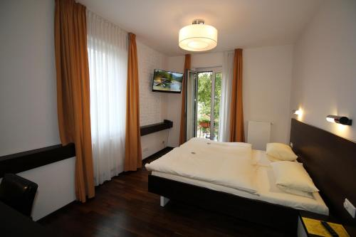 A bed or beds in a room at Hotel Goldene Gans