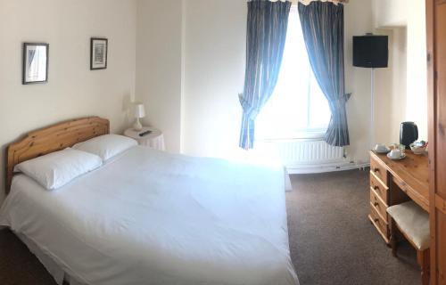 A bed or beds in a room at kings head