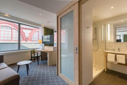 A bathroom at Hampton By Hilton Antwerp Central Station