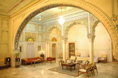 Un restaurante o sitio para comer en Hotel Arya Niwas