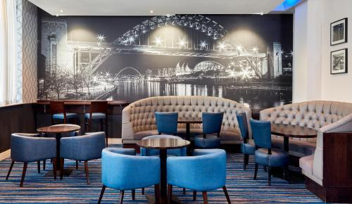 The lounge or bar area at Jurys Inn Newcastle