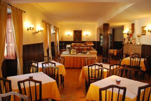 Um restaurante ou outro lugar para comer em Residencia Filipe