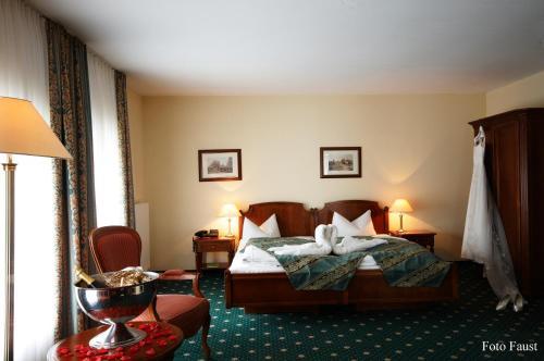 Ein Bett oder Betten in einem Zimmer der Unterkunft Schlosshotel Schkopau