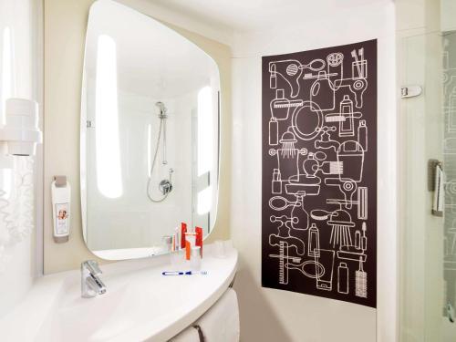 A bathroom at Ibis Den Haag City Center