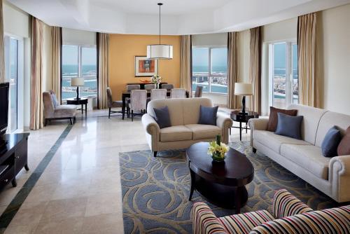Гостиная зона в Dubai Marriott Harbour Hotel And Suites