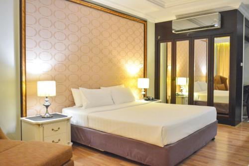 سرير أو أسرّة في غرفة في إل.كيه ليجند