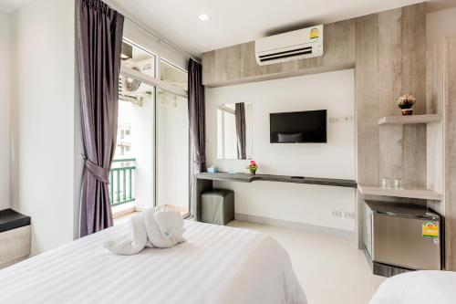 Ein Bett oder Betten in einem Zimmer der Unterkunft Evergreen Suite Hotel