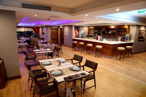 A restaurant or other place to eat at Radisson Blu Hotel, Diyarbakir