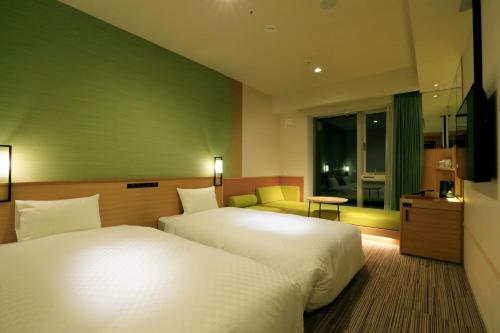 A bed or beds in a room at THE SINGULARI HOTEL & SKYSPA at UNIVERSAL STUDIOS JAPAN