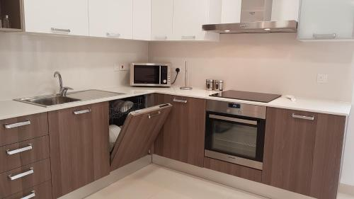 A kitchen or kitchenette at Sunrise Suites, Apt. 2