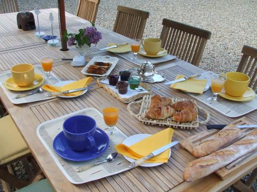 Breakfast options available to guests at Le Moulin d'Hys