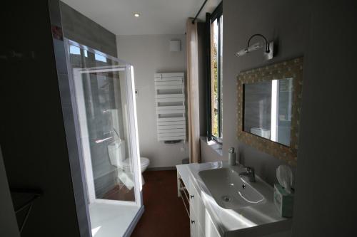 A bathroom at ICI et LA