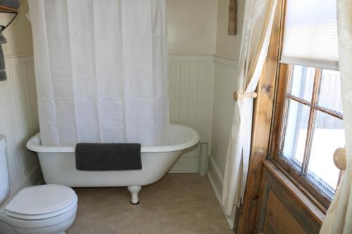 A bathroom at Jardine's Inn