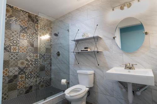 A bathroom at Deep Ellum Hostel